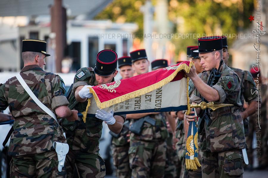 Soldats du 31RG enroulant leur drapeau [Ref:4516-22-1172]