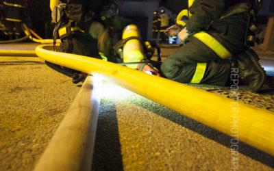 Binôme de pompiers changeant une bouteille d'ARI [Ref:2110-03-2271]