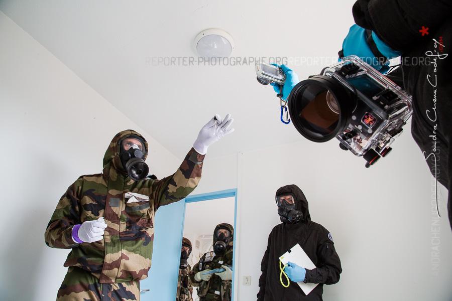 Militaires et policiers travaillant ensemble [Ref:2316-40-0343]