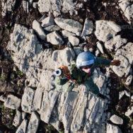 Treuillage d'un plongeur dans les rochers [Ref:3216-16-0449]