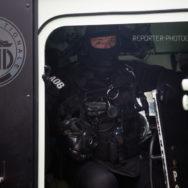 Policier du RAID à l'arrière d'un PVP [Ref:1116-62-0078]