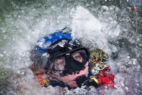 Visage d'un plongeur gendarmerie sous la glace [Ref:1317-05-0184]