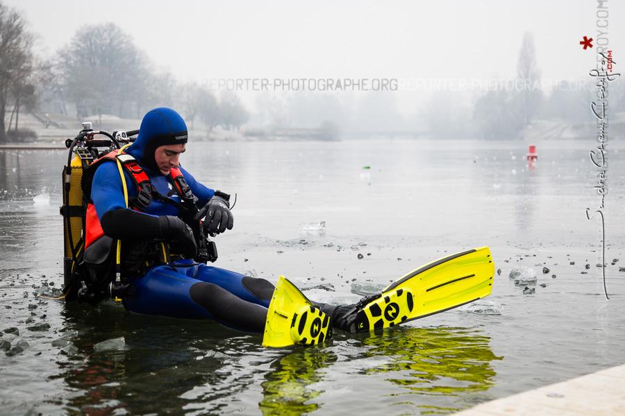 Plongeur se déséquipant après une plongée sous glace [Ref:1317-05-0206]