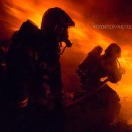 Binôme de sapeurs-pompiers sous un Roll-over de flammes au fort de Domont [Ref:2116-52-0570]