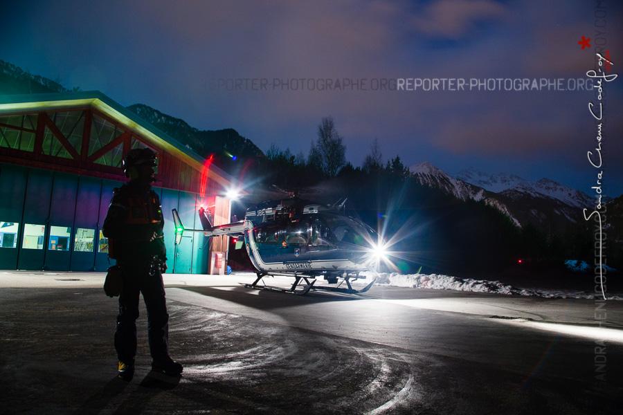 Choucas 73 et secouriste du PGHM de nuit sur la DZ de Modane [Ref:2317-06-0100]