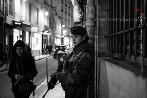 Femme militaire dans les rues de Paris le soir de Noël [Ref:4116-64-0209]