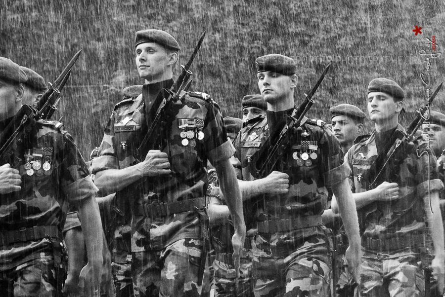 Militaires du 17ème Régiment du Génie Parachutiste sous la pluie [Ref:4010-11-0547]