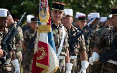 Sourire lors d'un moment de détente pour la garde au drapeau du 2ème REI