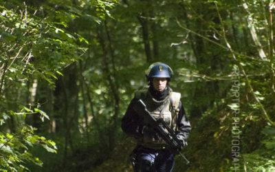 Gendarme mobile remontant un chemin forestier à la recherche d'IED