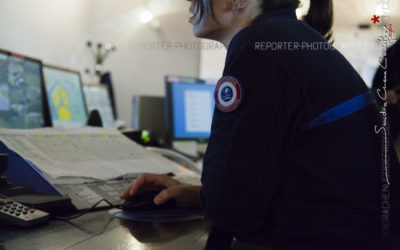 Surveillante pénitencière dans la salle de contrôle [Ref:0014-07-0062]