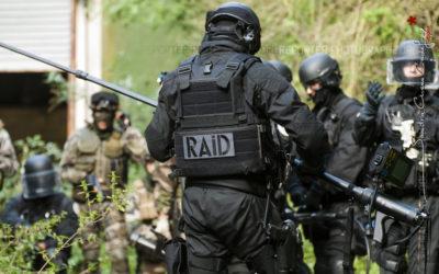 Policier du RAID préparant son matériel d'observation [Ref:1111-15-0324]