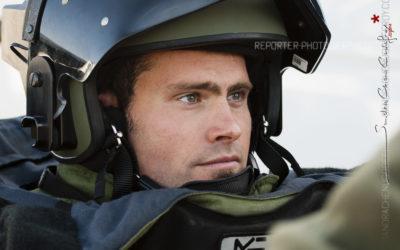 Portrait d'un démineur de la Marine en tenue lourde [Ref:4310-19-0339]