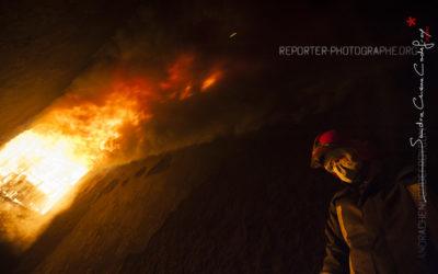 Femme sapeur pompier regardant les flammes [Ref:2413-16-0038]