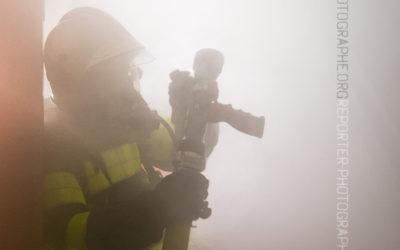 Sapeur pompier dans la fumée [Ref:2110-12-0669]