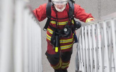 Marin pompier montant à l'échelle [Ref:2212-02-0764]