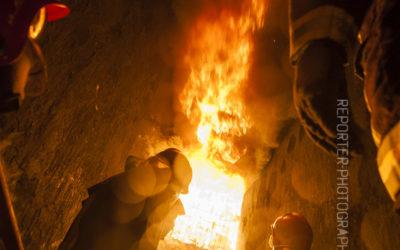 Sapeurs pompiers regardant des anges de feu au fort de Domont [Ref:2413-16-0063]