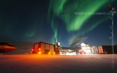 Camion de pompier sous une aurore boréale [Ref:3212-01-1624]