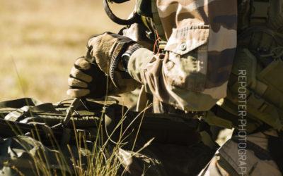 Opérateur du 13RDP ajustant son paquetage [Ref:4114-14-0406]