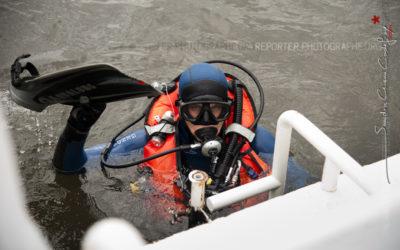 Plongeur de la gendarmerie remontant à bord [Ref:1312-09-0481]