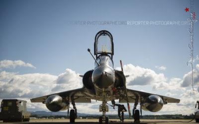 Mécanicien vérifiant un Mirage 2000 [Ref:3513-08-1124]
