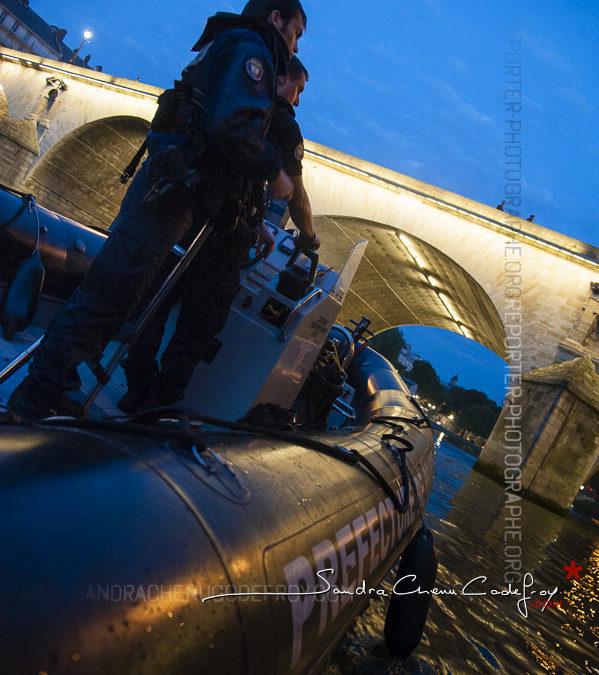 Policiers à bord du Chronos sous les ponts de Paris [Ref:1313-10-0402]