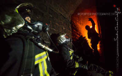 Sapeurs pompiers observant l'évolution d'un feu [Ref:2116-21-0833]
