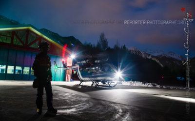 Un hélicoptère de nuit en multi-exposition